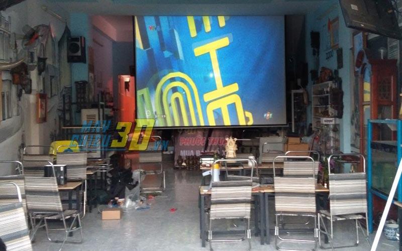 Lắp đặt màn chiếu treo tường cho quán cafe bóng đá tại TpHCM